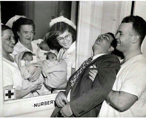 Сотрудники роддома показывают счастливому отцу его новорожденных тройняшек Фотография, Тройняшки, Отец