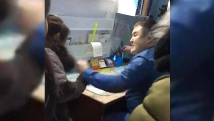 Парень снял видео как женщина смотрела на его вставший член в транспорте