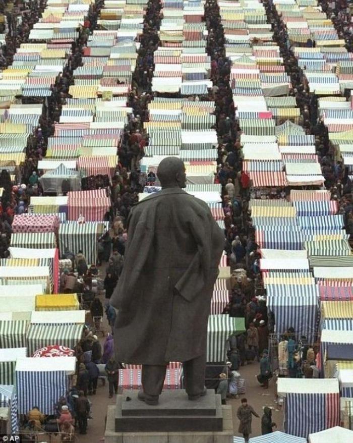 Ленин следит за базаром 90-е, Памятник, Ленин