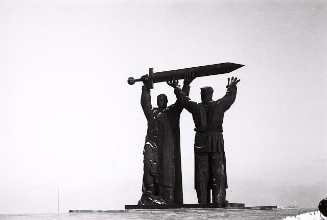 Памятник «Тыл - Фронту» в Магнитогорске 1984 год. Магнитогорск, Монумент, СССР, Школа, Люди, Старое фото, Тыл фронту, Воспоминания, Длиннопост