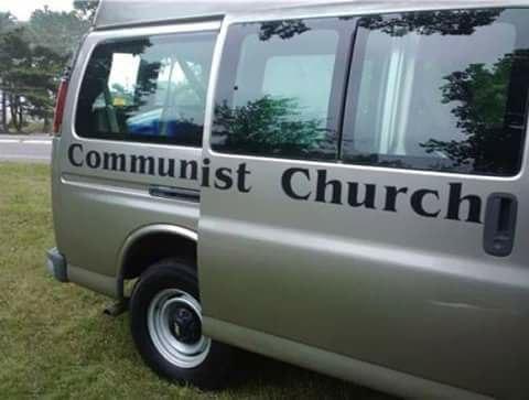 """Казус с надписью """"Коммуна христианской церкви"""" на раздвижной двери фургона"""