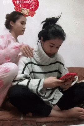 Девушка гимнастка притворяется куклой из чемодана