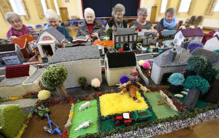 Пенсионеры связали модель своей деревни — получилось очень тепло и уютно! Новости, Пенсионеры, Хобби, Великобритания, Вязание, Северная Ирландия, Модель, Деревня, Длиннопост