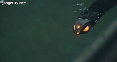 Робозмея плавает под водой.