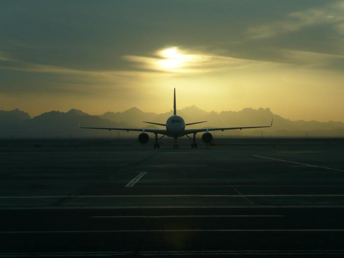 Аэропорт.  На закате.