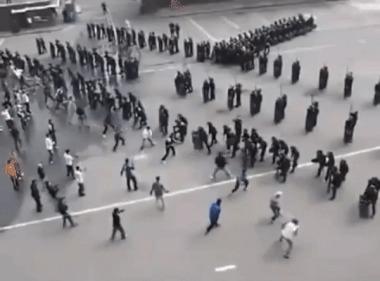 Южнокорейская полиция отрабатывает древнеримскую тактику на случай уличных беспорядков