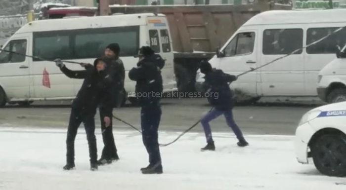 Держали троллейбусные провода, упавшие на дорогу Кыргызстан, Бишкек, Хороший поступок