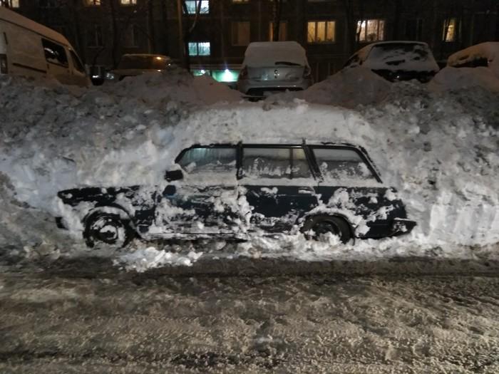 Вот так у нас убирают снег во дворе. Незнаю, как трактор не зацепил ее, когда убирал снег.