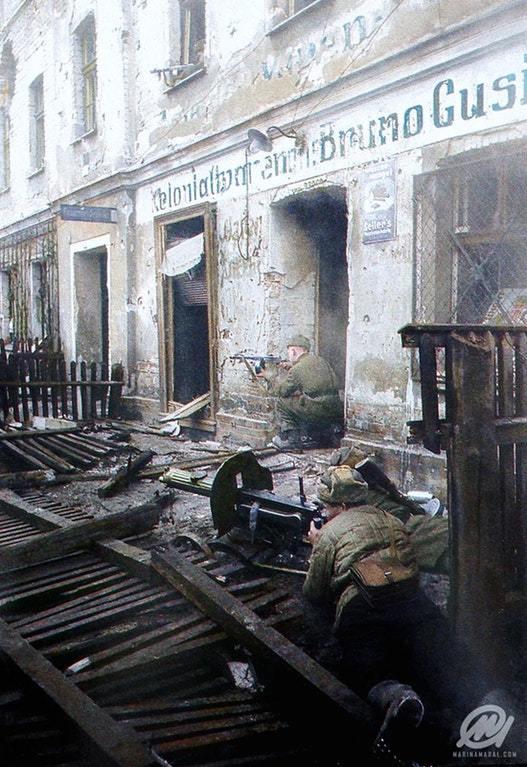 Солдаты Советской Армии  нацелились на позиции противника во время Берлинской битвы
