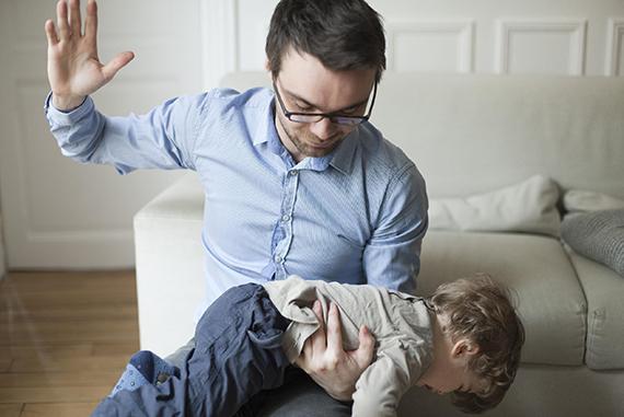 Отец и мать наказвают дочь в жопу