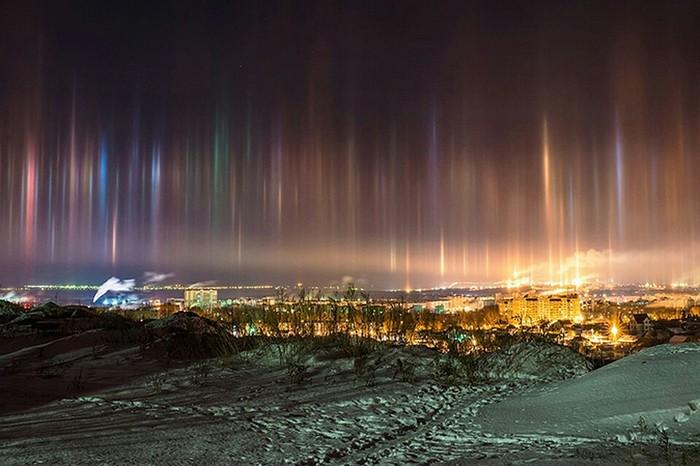 В небе над Петербургом появились световые столбы