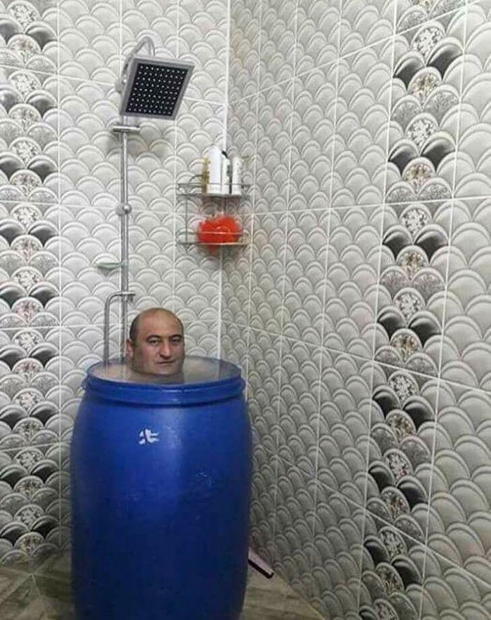Залезла к брату в ванную