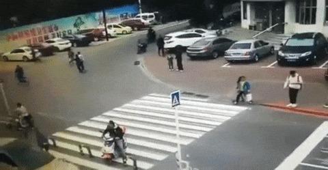 Всегда будь осторожен переходя дорогу