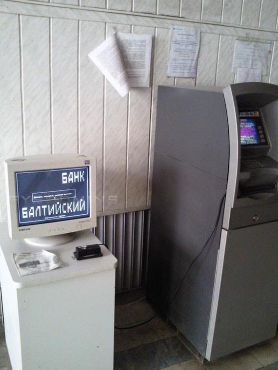 Засунула банку полностью
