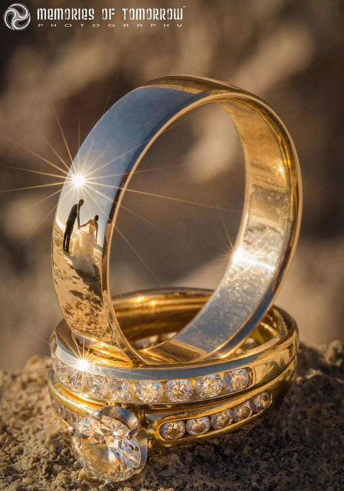 Фотограф нашел уникальный способ снимать свадьбы отраженными в кольцах. 9da4269f93e
