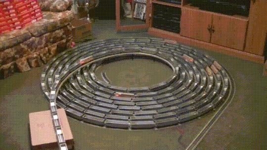 Когда у тебя есть 9 комплектов игрушечных поездов и куча свободного времени