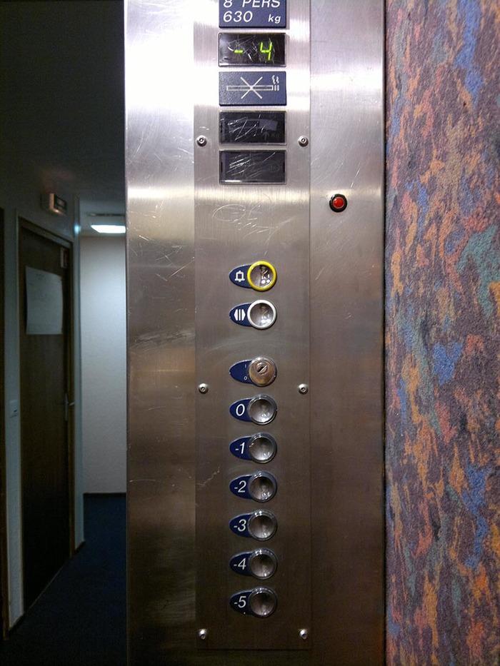 Когда вход в здание сверху Лифт, Горы