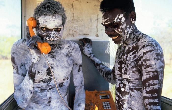 Австралия 1980 год. Аборигены впервые используют телефон.