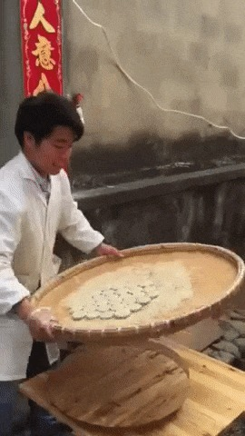 Уличный торговец подготавливает продукт
