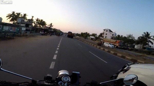 Внезапно #16 ДТП не случилось, Индия, Мотоциклист, Мото, Повезло, Внезапно, Гифка, Видео