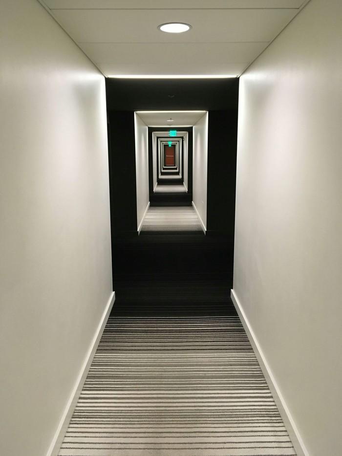 Сочетание ковра и освещения в этом отеле похоже на галлюцинацию