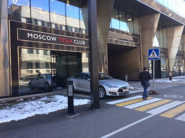Как правильно парковать Теслу, если ты живешь в России.