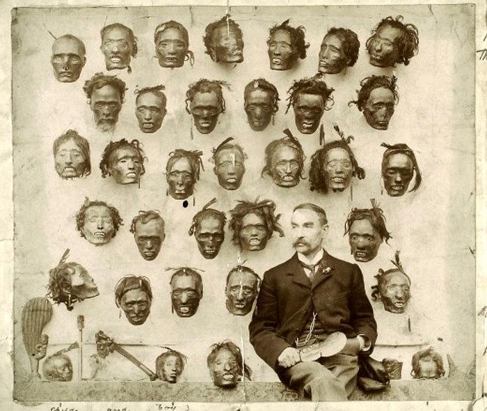 Английский генерал и этнограф Горацио Гордон Робли и его коллекция отрубленных голов, 1895 год.