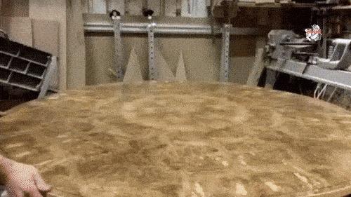 Интересный механизм стола.