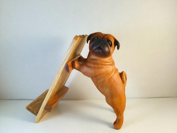Мопс. Резьба по дереву. Мопс, Собака, Резьба, Дерево, Своими руками, Подставка для телефона, Резьба по дереву, Длиннопост