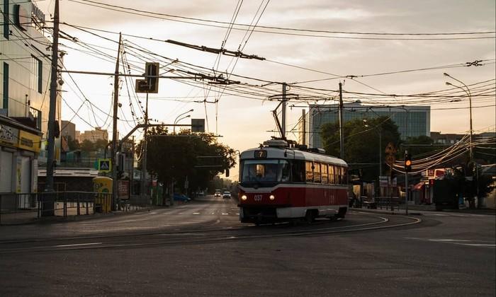 v-perepolnennom-tramvae-paren-shupaet-devchonku-video-podborki-porno-foto-chastnoe