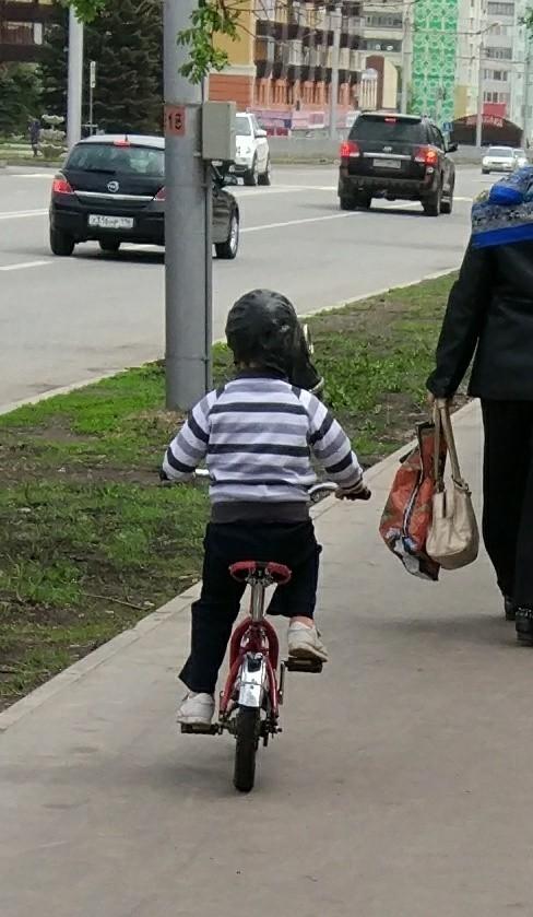 Мальчик на велике Казус, Велосезон, Забавные дети, Длиннопост, Дети, Противогаз