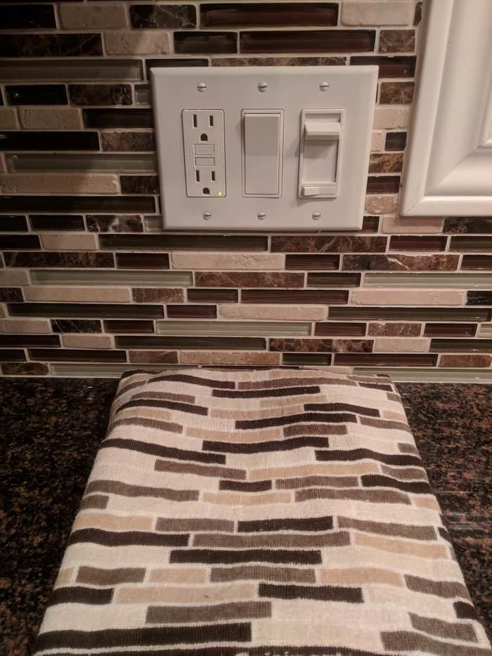 Полотенце, которое соответствует плиткам.