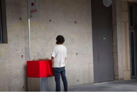 Красные писсуары на улицах вызвали скандал во Франции Писсуар, Франция, Скандал