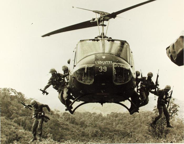 Пехотинцы армии США десантируются из многоцелевого вертолета Bell UH-1 Huey.