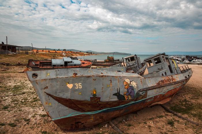 Заброшенные корабли у байкальских берегов Заброшенные корабли, Байкал, Граффити, Длиннопост