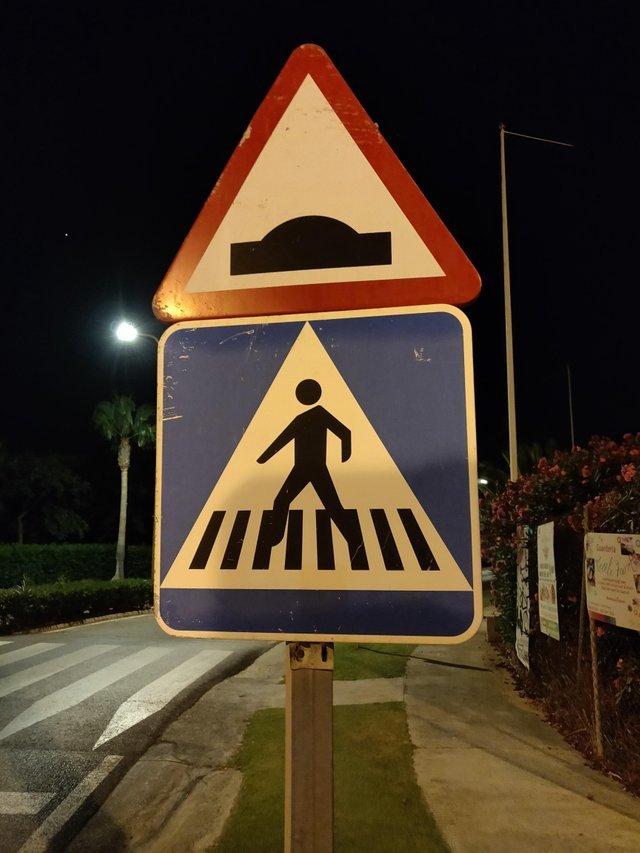 Два знака выглядят так, будто они предупреждают о похищении инопланетянами в этом месте