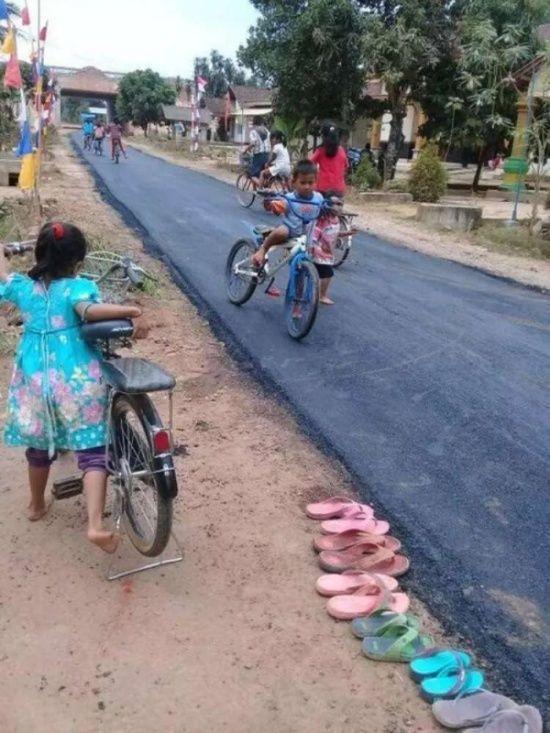 В деревне в индонезийской провинции Лампунг впервые заасфальтировали дорогу. Дорога, Дети, Асфальт, Фотография, Длиннопост, Индонезия