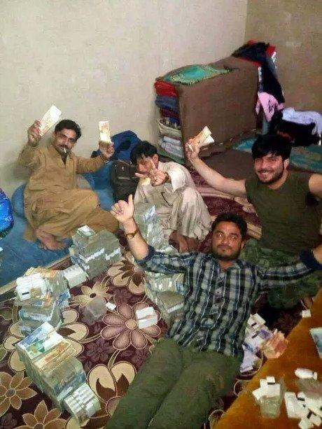 Пакистанские грабители выложили фото со своей добычей и были пойманы