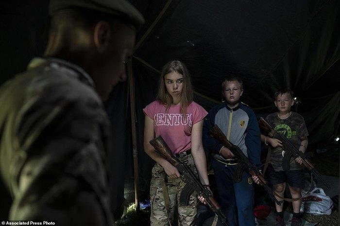 Детей учат убивать русских: мальчиков и девочек с восьми лет учат стрелять из АК-47 в националистическом лагере Украина, Детский лагерь, Национализм, Дети и оружие, Русофобия, Политика, Длиннопост