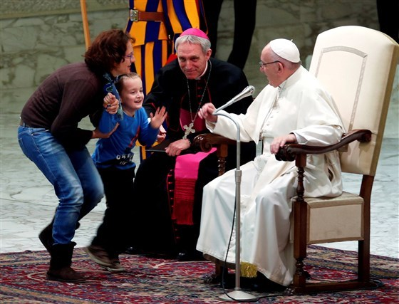 Мальчик выбежал на сцену во время аудиенции Папы Римского, чтобы поиграть. Папа Римский, The Guardian, Медиаликс, Мальчик, Немота, Видео, Длиннопост