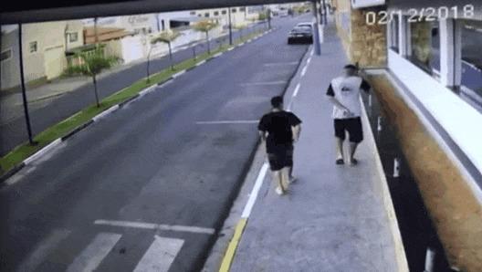 Казнить нельзя помиловать #40 ДТП, Бразилия, Казнить нельзя помиловать, Форрест Гамп, Тротуар, Пешеход, Гифка, Видео