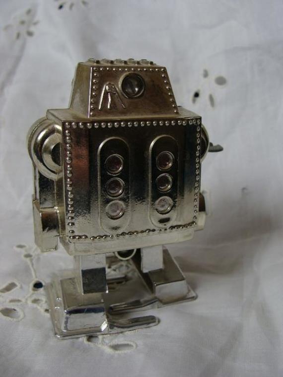 Игрушка, шагающий робот, из детства... Найденная на чердаке в деревне у дедушки... Игрушки, Детство, Робот, СССР, Россия, Воспоминания, Ностальгия, Видео, Длиннопост