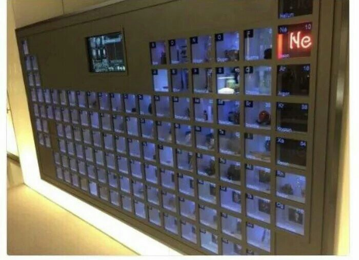 В офисе Билла Гейтса есть стена с целой периодической таблицей с образцами каждого элемента