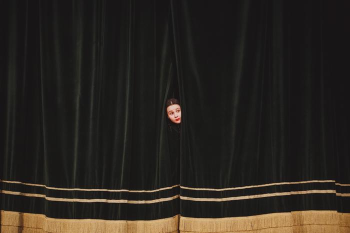Любопытство Репортаж, Девочка, Занавес, Фотография