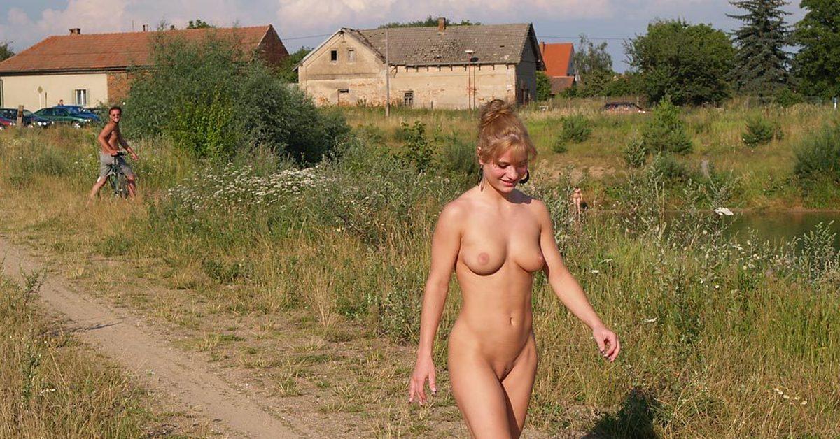 голые по улице в деревне опубликуйте