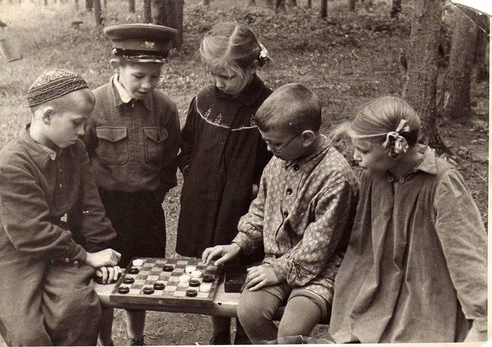 Пионеры играют в шашки. Старое фото, колоризация Колоризация, Старое фото, Пионеры