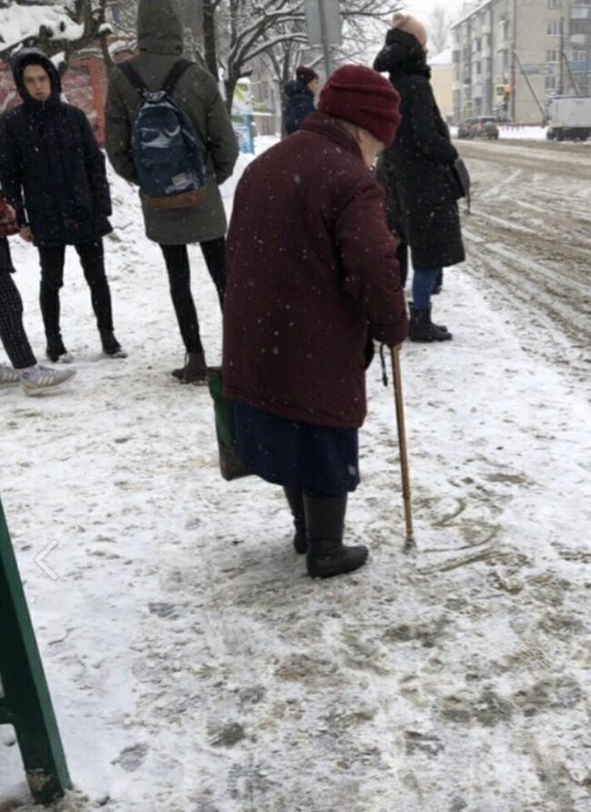 Бабушка рисует сердечко, пока ждет автобус.