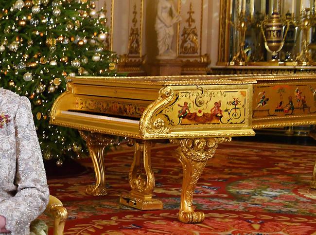 Внимание к деталям Королева, Великобритания, Рояль в кустах, Поздравление, Фейк