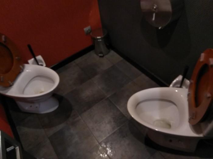 Туалет 80 lvl Ресторан, Удивительное