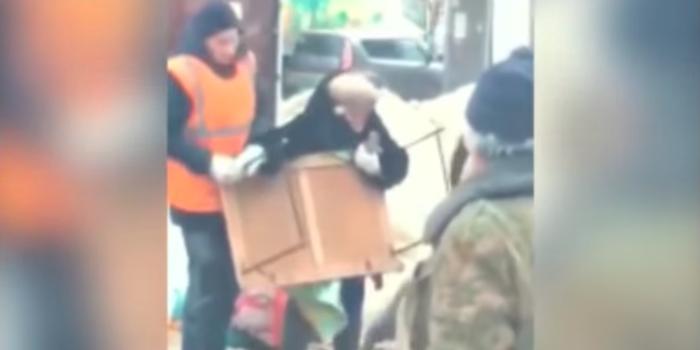 В Туле сотрудники администрации города напали на пенсионеров и украли мёд Россия, Тула, Чиновники, Воровство, Мед, Пенсионеры, Ruspostersru, Правоохранительные органы, Видео
